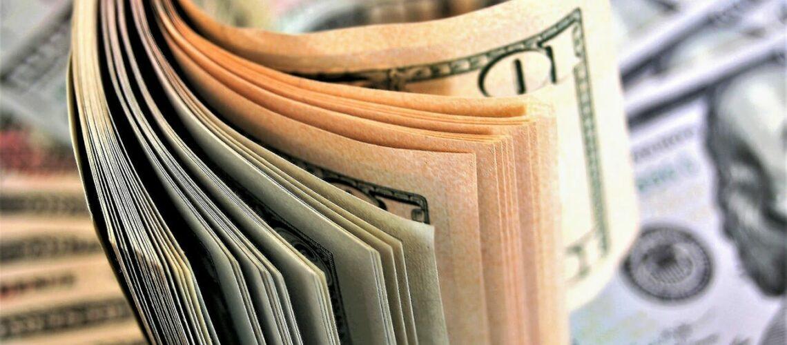 Este artículo habla acerca de cómo ahorrar dinero en la declaración de impuestos 2021. La imagen es acorde.