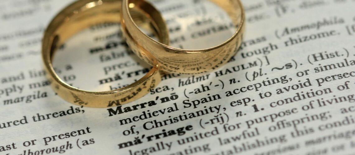 Este artículo habla sobre los impuestos y la solicitud de residencia por matrimonio. La imagen es acorde.
